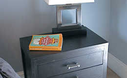 07-residential-bachelor-pad-san-francisco-interior-design-nightstand-600×800