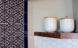 05-Kamdar-kitchen-shelf-900×600